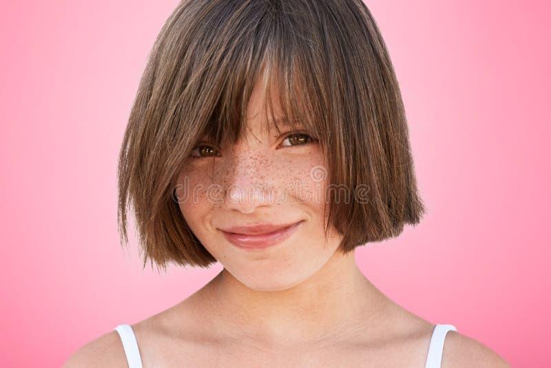Το ευτυχές ευχάριστο χαμογελώντας εύθυμο παιδάκι με hairstyle εξετάζει ευτυχώς τη κάμερα, χαίρεται το ελεύθερο χρόνο εξόδων με το στοκ εικόνες