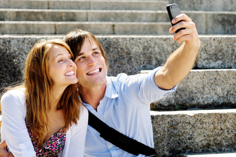 Download Το ευτυχές ζεύγος παίρνει ένα μόνος-πορτρέτο στο Smartphone Στοκ Εικόνες - εικόνα από θραύση, υπαίθριος: 22775526