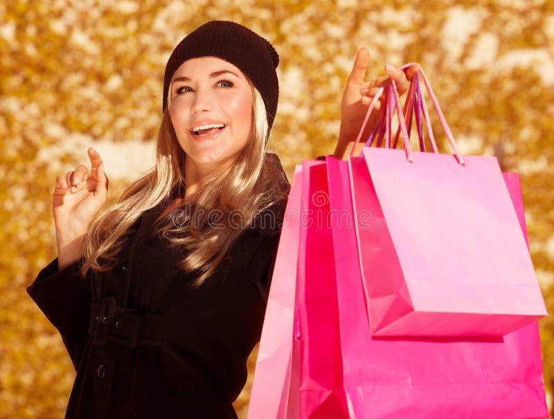 Το ευτυχές θηλυκό με παρουσιάζει τις τσάντες στοκ φωτογραφία με δικαίωμα ελεύθερης χρήσης