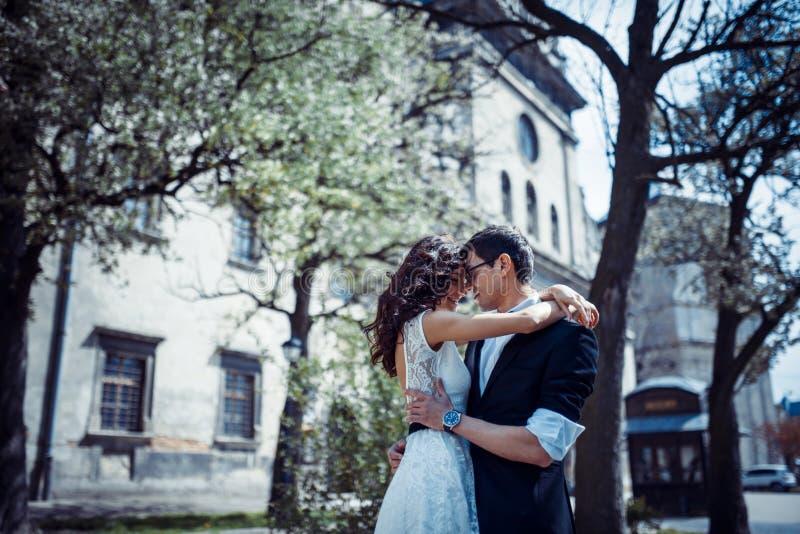 Το ευτυχές και αγαπώντας ζεύγος που περπατά και κάνει τη φωτογραφία στην παλαιά πόλη στοκ εικόνες με δικαίωμα ελεύθερης χρήσης