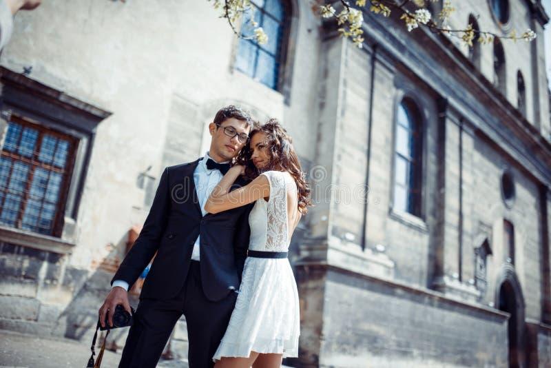 Το ευτυχές και αγαπώντας ζεύγος που περπατά και κάνει τη φωτογραφία στην παλαιά πόλη στοκ εικόνες