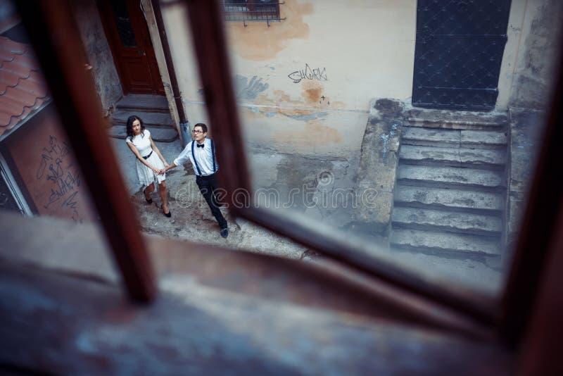 Το ευτυχές και αγαπώντας ζεύγος που περπατά και κάνει τη φωτογραφία στην παλαιά πόλη στοκ φωτογραφία με δικαίωμα ελεύθερης χρήσης