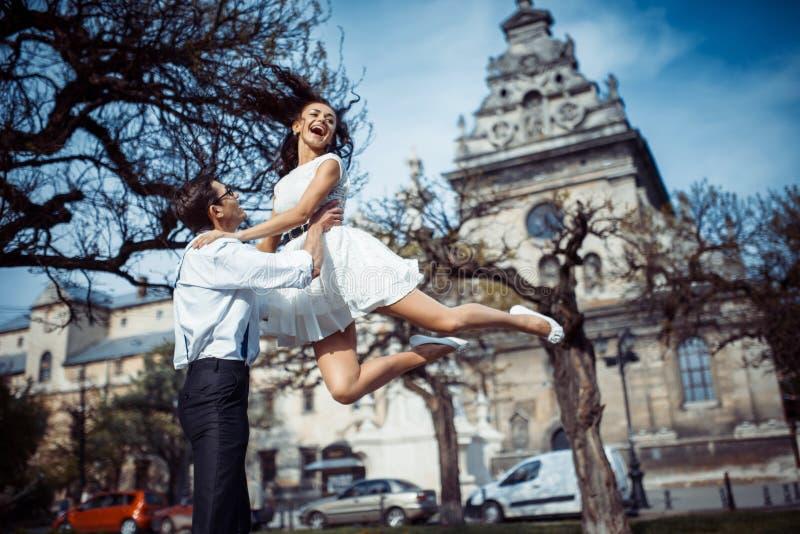 Το ευτυχές και αγαπώντας ζεύγος που περπατά και κάνει τη φωτογραφία στην παλαιά πόλη στοκ φωτογραφίες