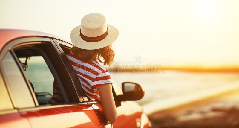 Το ευτυχές κορίτσι γυναικών πηγαίνει στο ταξίδι θερινού ταξιδιού στο αυτοκίνητο στοκ φωτογραφία με δικαίωμα ελεύθερης χρήσης