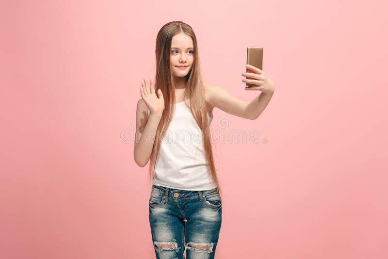 Το ευτυχές κορίτσι εφήβων που κάνει selfie τη φωτογραφία με κινητό τηλέφωνο στοκ φωτογραφία με δικαίωμα ελεύθερης χρήσης