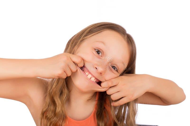 Το ευτυχές κορίτσι κάνει έναν μορφασμό στοκ φωτογραφία