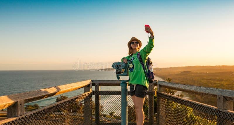 Το ευτυχές κορίτσι παίρνει selfie στοκ φωτογραφίες