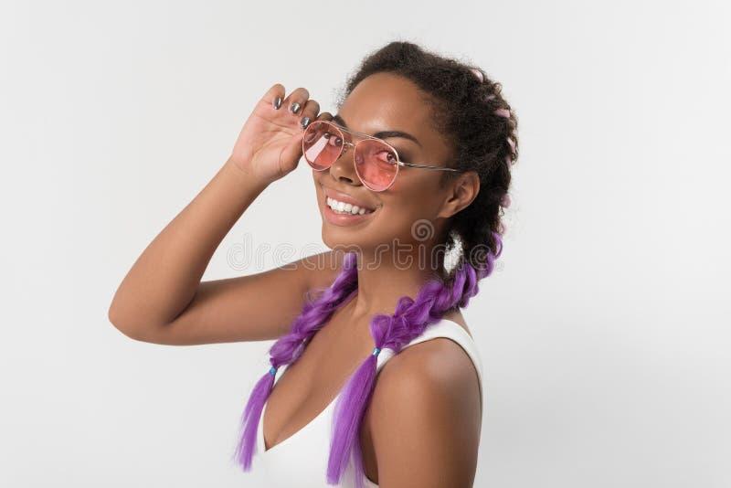 Το ευτυχές μοντέρνο εφηβικό θηλυκό απολαμβάνει τη σύγχρονη τρίχα kanekalon της στοκ φωτογραφία με δικαίωμα ελεύθερης χρήσης
