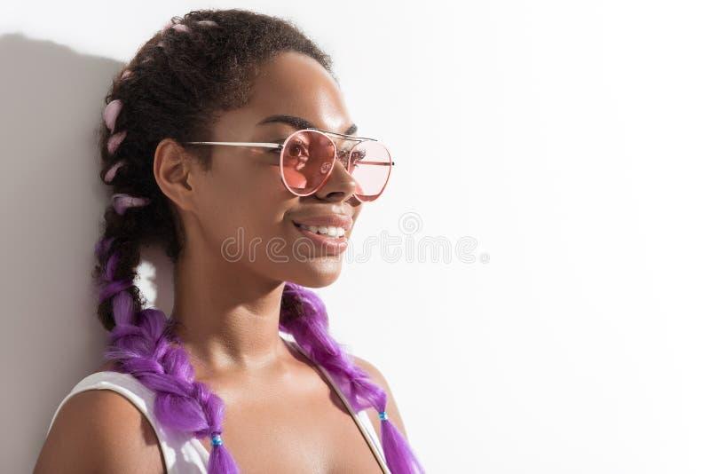 Το ευτυχές μοντέρνο εφηβικό θηλυκό καταδεικνύει τις ιώδεις πλεξίδες στοκ εικόνες