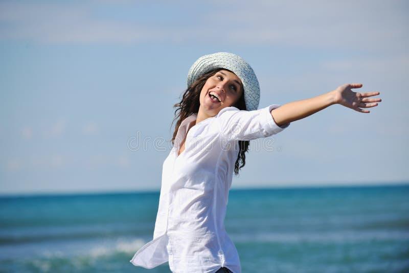 Το ευτυχές νέο ζεύγος έχει τη διασκέδαση στην όμορφη παραλία στοκ εικόνα με δικαίωμα ελεύθερης χρήσης