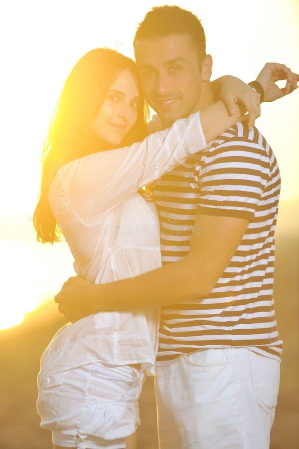 Το ευτυχές νέο ζεύγος έχει το ρομαντικό χρόνο στην παραλία στοκ εικόνες με δικαίωμα ελεύθερης χρήσης