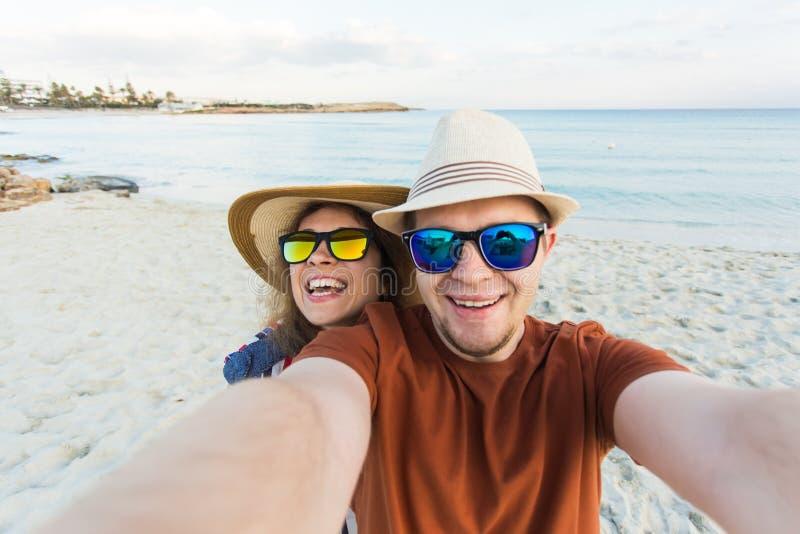 Το ευτυχές νέο ζεύγος ερωτευμένο παίρνει selfie το πορτρέτο στην παραλία στη Κύπρο Οι όμορφοι τουρίστες κάνουν τις αστείες φωτογρ στοκ φωτογραφία με δικαίωμα ελεύθερης χρήσης