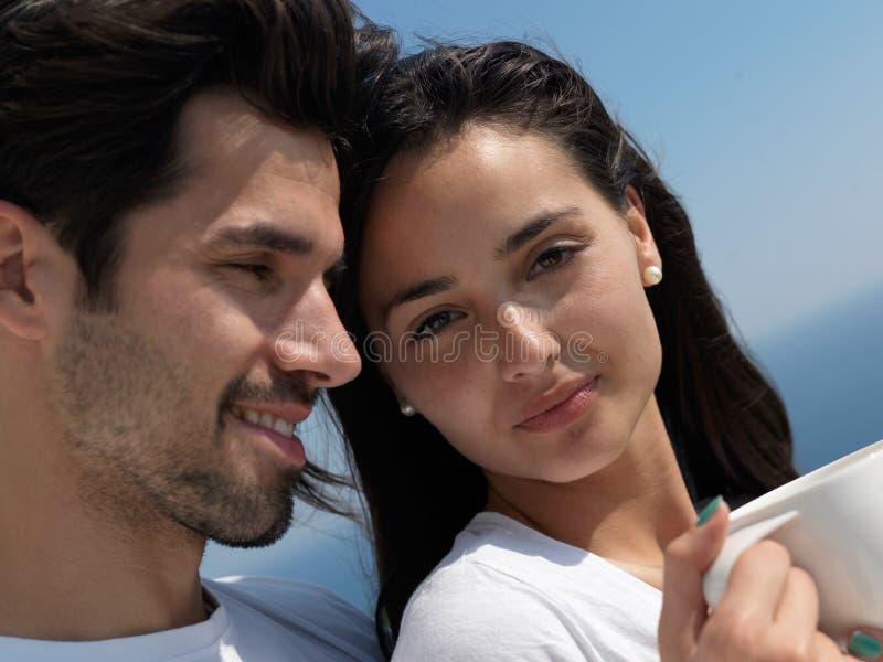 Το ευτυχές νέο ρομαντικό ζεύγος έχει τη διασκέδαση arelax να χαλαρώσει στο σπίτι στοκ εικόνες