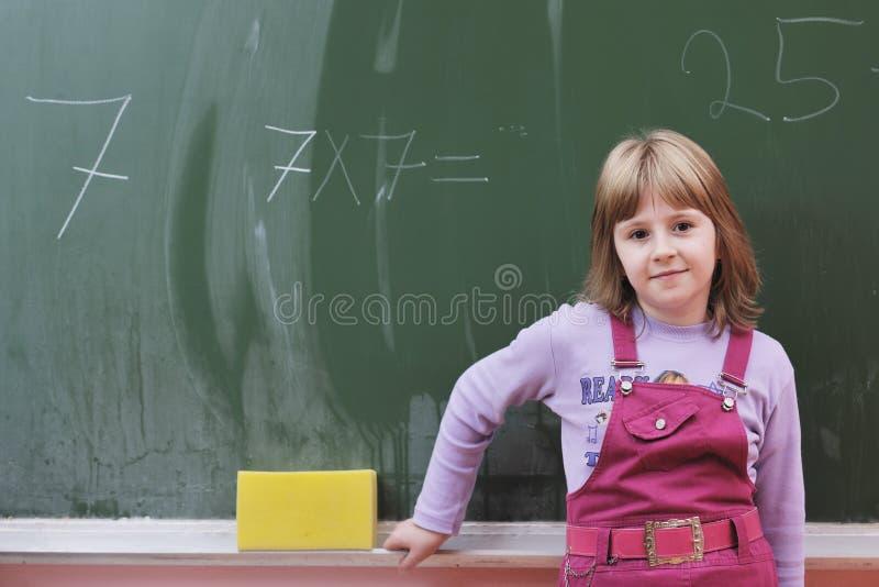 Το ευτυχές παιδί στο schoold έχει τη διασκέδαση και την εκμάθηση στοκ εικόνα