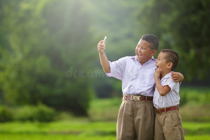Το ευτυχές παιδί παίρνει ένα selfie στοκ φωτογραφίες με δικαίωμα ελεύθερης χρήσης