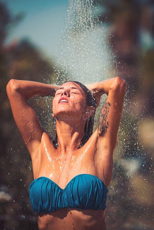 Το ευτυχές προκλητικό κορίτσι παίρνει το ντους στην καραϊβική θάλασσα ευτυχής αισθησιακή γυναίκα στο μαγιό κάτω από το νερό υπαίθ στοκ φωτογραφία