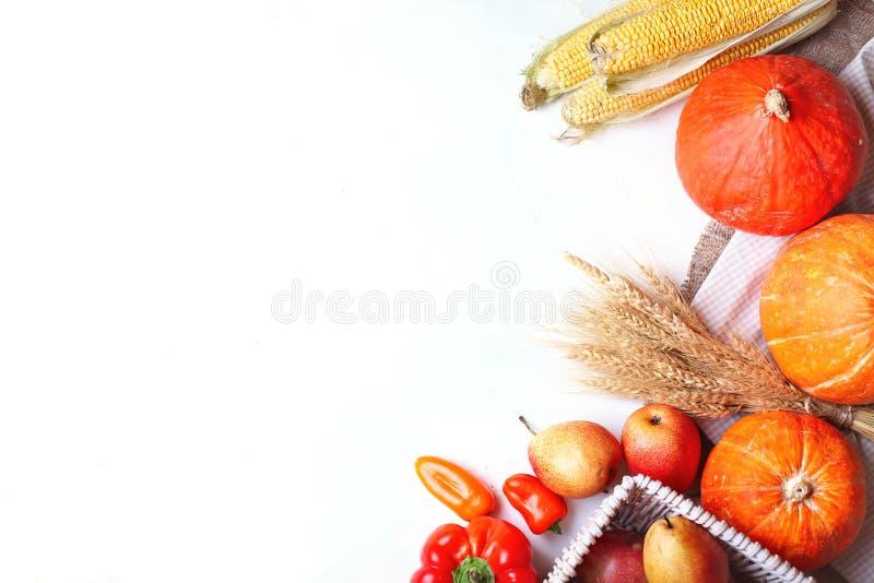 Το ευτυχές υπόβαθρο, ο πίνακας που διακοσμούνται με τις κολοκύθες, ο αραβόσιτος, τα φρούτα και το φθινόπωρο ημέρας των ευχαριστιώ στοκ εικόνες