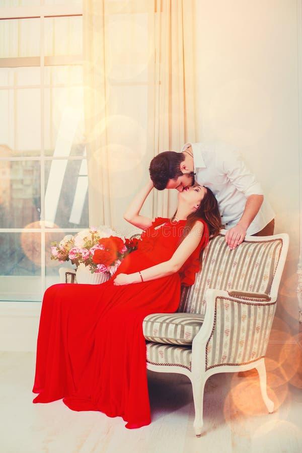 Το ευτυχές φιλί ζευγών στο καθιστικό που έχει, το φως δίνει μια άνετη ατμόσφαιρα Έννοια ημέρας βαλεντίνων ` s Αγίου Αναμονή το μω στοκ φωτογραφίες