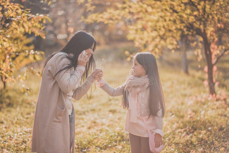 Το ευτυχές mum και η κόρη παίζουν το πάρκο φθινοπώρου στοκ φωτογραφίες με δικαίωμα ελεύθερης χρήσης