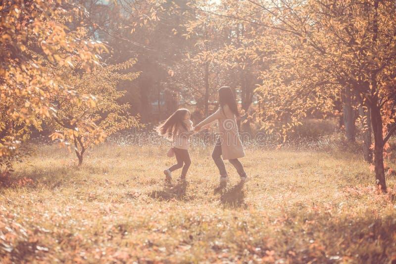 Το ευτυχές mum και η κόρη παίζουν το πάρκο φθινοπώρου στοκ φωτογραφία με δικαίωμα ελεύθερης χρήσης