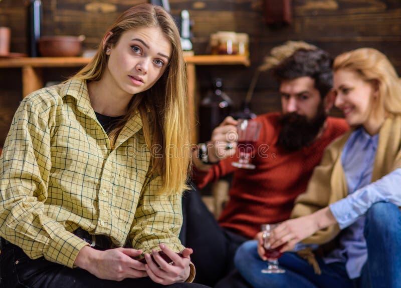 Το εφηβικό θηλυκό με το μοντέρνο μάτι κλείνει το μάτι και shinning ξανθά μαλλιά που φορούν την αγορίστικη εξάρτηση, έννοια μόδας  στοκ φωτογραφίες