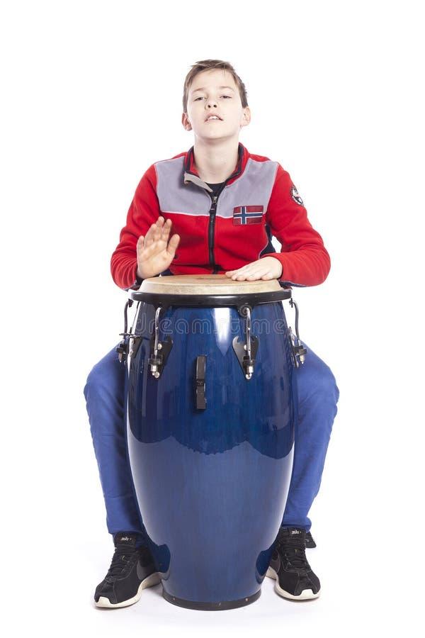 Το εφηβικό καυκάσιο αγόρι παίζει το conga στο στούντιο στοκ εικόνα με δικαίωμα ελεύθερης χρήσης