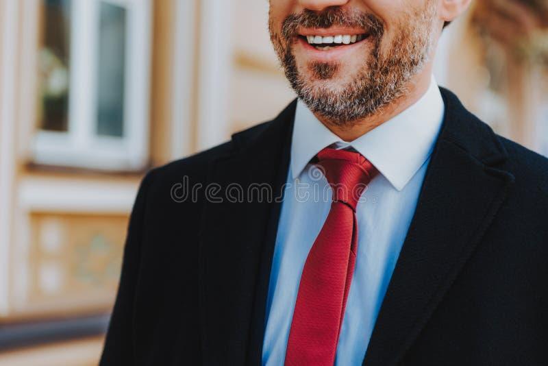 Το εύθυμο άτομο στα επίσημα ενδύματα χαμογελά έξω στοκ φωτογραφίες με δικαίωμα ελεύθερης χρήσης
