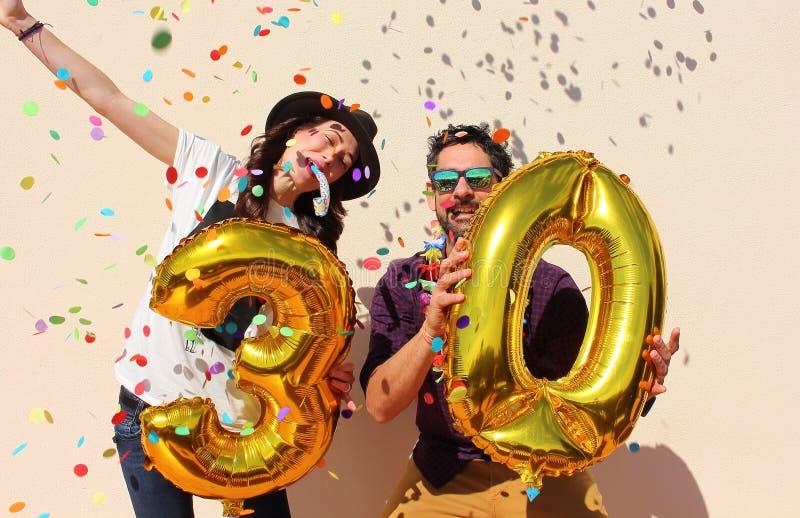 Το εύθυμο ζεύγος γιορτάζει γενέθλια τριάντα ετών διανυσματική απεικόνιση