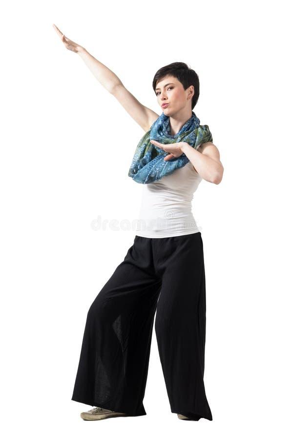 Το εύθυμο σύντομο πρότυπο μόδας τρίχας με το ζωηρόχρωμο φουλάρι στο kung fu θέτει στοκ εικόνες με δικαίωμα ελεύθερης χρήσης