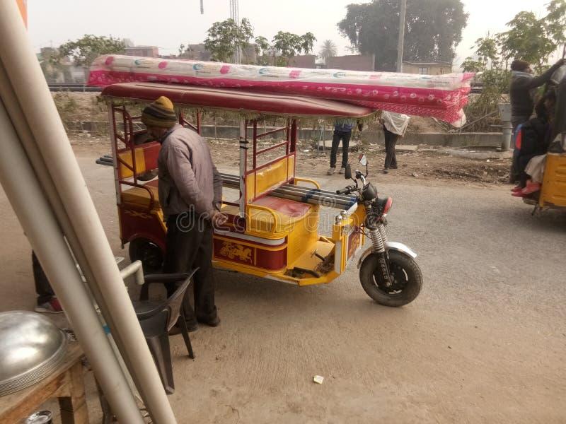 Το εύκολο κόστος των ινδικών μεταφορών που ονομάζονται e rickshaw τρέχει χωρίς βενζίνη ή χωρίς βενζίνη και με μπαταρίες στοκ εικόνες