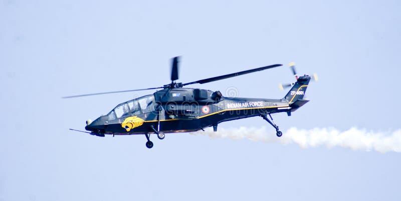 Το ελαφρύ ελικόπτερο αγώνα στην πτήση κοριτσιών κατά τη διάρκεια Aero Ινδία παρουσιάζει 2013 στοκ εικόνες