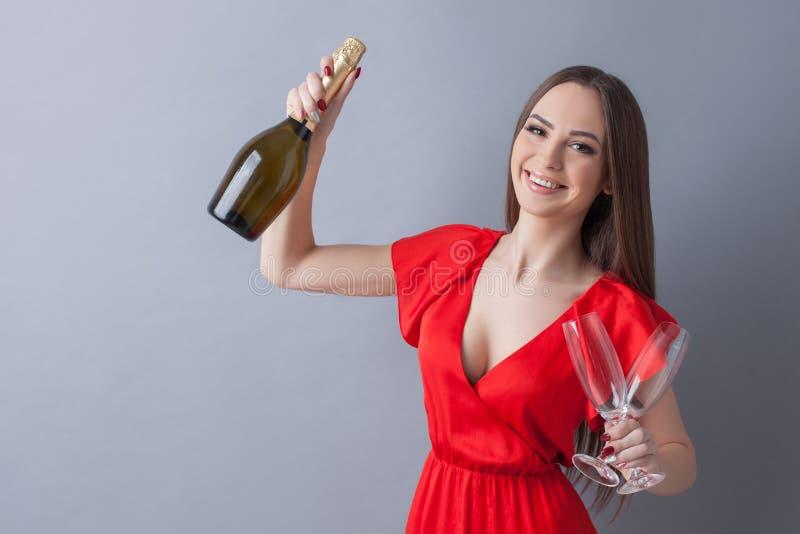 Το ελκυστικό λεπτό κορίτσι γιορτάζει το γεγονός στοκ φωτογραφία