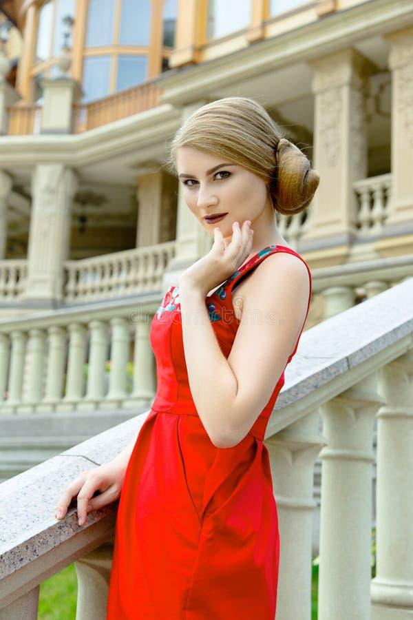 το ελκυστικό φόρεμα ανασκόπησης απομόνωσε τις κόκκινες νεολαίες λευκών γυναικών στοκ εικόνα