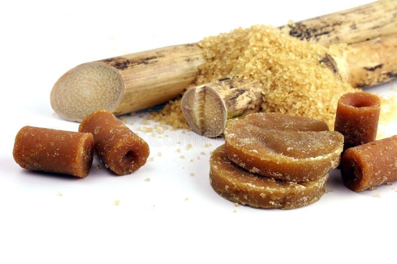 Το ζαχαροκάλαμο και ο σωρός κοκκοποίησαν το στερεό καλάμων ζάχαρης, κάλαμος, στερεά συμπύκνωση καλάμων ζάχαρης, κύβοι ζάχαρης καφ στοκ φωτογραφία με δικαίωμα ελεύθερης χρήσης