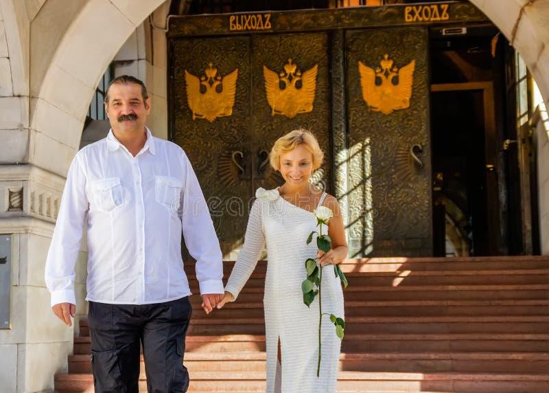 Το ζευγάρι ηλικίας αφήνει την κεντρική τράπεζα της Ρωσίας στοκ φωτογραφία