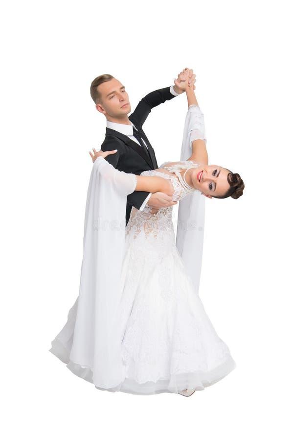 Το ζεύγος αιθουσών χορού χορού στο ζωηρόχρωμο χορό φορεμάτων θέτει απομονωμένος στο άσπρο υπόβαθρο αισθησιακοί επαγγελματικοί χορ στοκ εικόνες με δικαίωμα ελεύθερης χρήσης