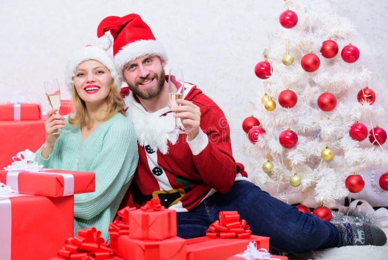 Το ζεύγος ερωτευμένο απολαμβάνει τον εορτασμό διακοπών Χριστουγέννων Οικογενειακή παράδοση christmas happy merry new year εορτασμ στοκ φωτογραφία με δικαίωμα ελεύθερης χρήσης