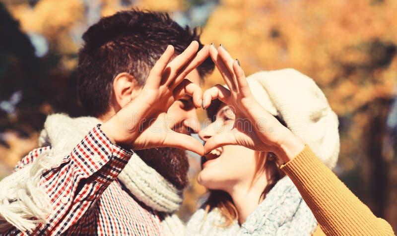 Το ζεύγος ερωτευμένο με τα μαντίλι κάνει την καρδιά να υπογράψει με τα δάχτυλα στοκ φωτογραφία με δικαίωμα ελεύθερης χρήσης