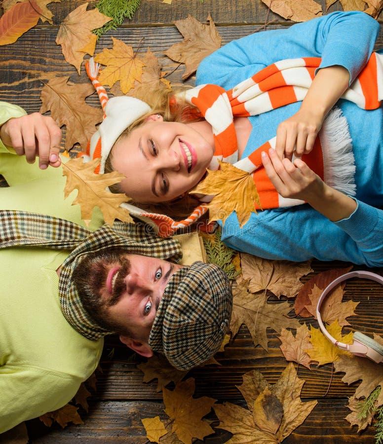 Το ζεύγος ερωτευμένο στην εύθυμη διάθεση απολαμβάνει την άνετη εποχή φθινοπώρου Το γενειοφόρες η εύθυμες πρόσωπο και κυρία ατόμων στοκ εικόνα