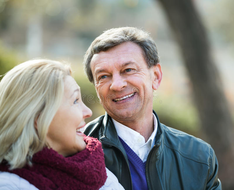 το ζεύγος ευτυχές ωριμά&zet στοκ εικόνα