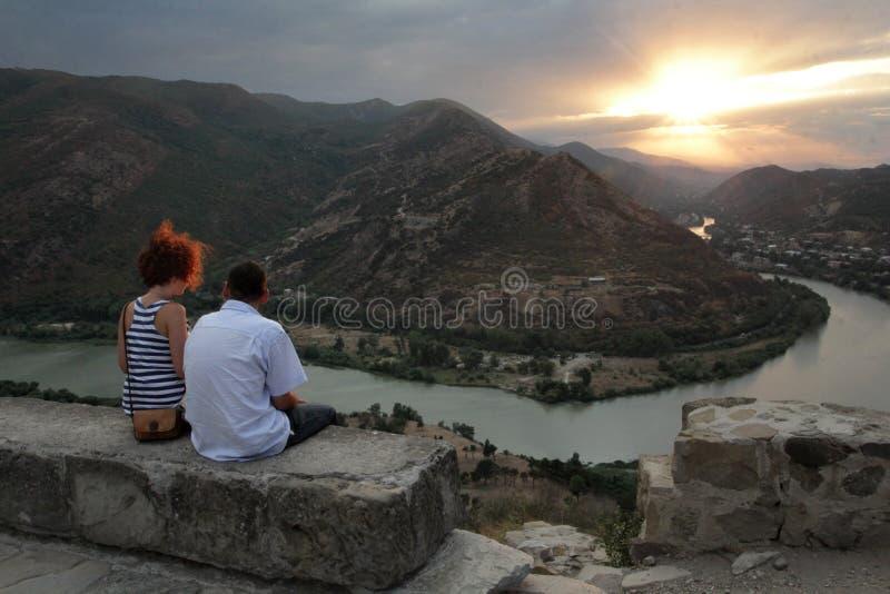 Το ζεύγος θαυμάζει τη συγχώνευση των ποταμών Aragvi και Kura στοκ εικόνα με δικαίωμα ελεύθερης χρήσης