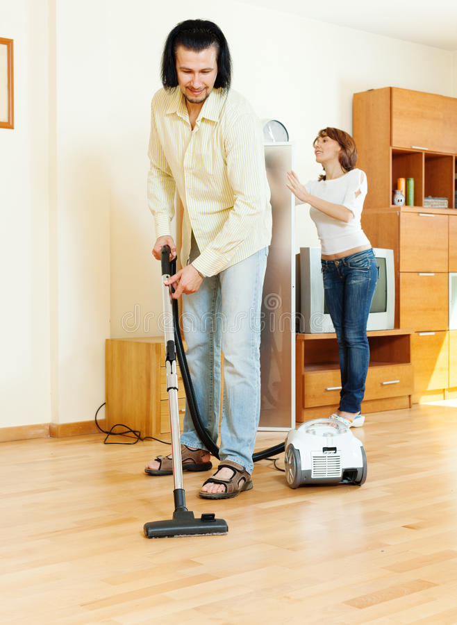 Το ζεύγος κάνει τον καθαρισμό σπιτιών στοκ φωτογραφία με δικαίωμα ελεύθερης χρήσης