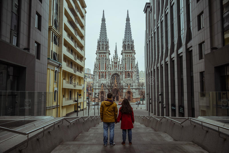 Το ζεύγος κοιτάζει στη γοτθική εκκλησία στοκ εικόνα με δικαίωμα ελεύθερης χρήσης