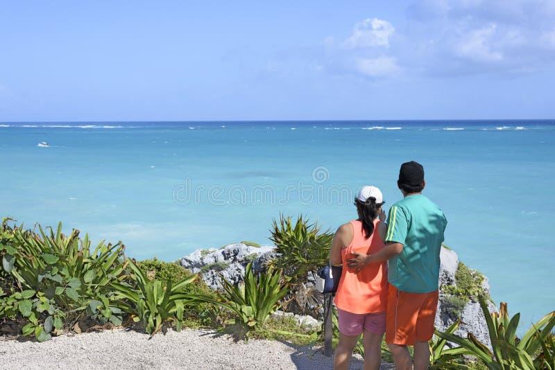 Το ζεύγος στις διακοπές κοιτάζει έξω πέρα από την καραϊβική θάλασσα σε Tulum, Yu στοκ φωτογραφίες με δικαίωμα ελεύθερης χρήσης