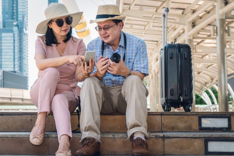 Το ζεύγος ταξιδιωτών ή τουριστών απολαμβάνει το γύρο πόλεων στην κωμόπολη στοκ φωτογραφίες
