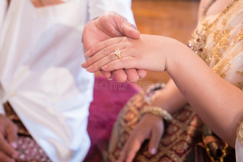 Το ζεύγος φορά ένα δαχτυλίδι στοκ φωτογραφίες με δικαίωμα ελεύθερης χρήσης