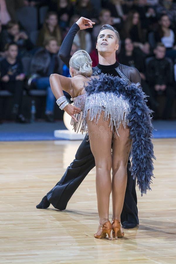 Το ζεύγος χορού εκτελεί το λατινοαμερικάνικο πρόγραμμα νεολαίας στοκ φωτογραφία