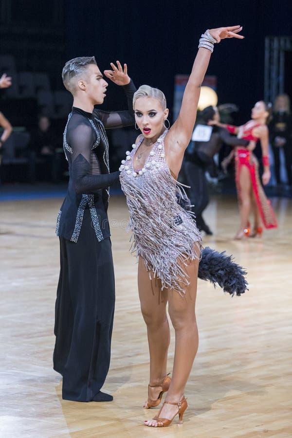 Το ζεύγος χορού εκτελεί το λατινοαμερικάνικο πρόγραμμα νεολαίας στοκ φωτογραφίες με δικαίωμα ελεύθερης χρήσης