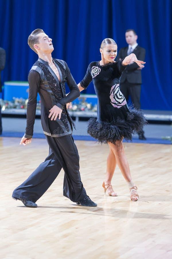 Το ζεύγος χορού της Anna Sneguir και της Ηλείας Shvaunov εκτελεί το λατινικό πρόγραμμα νεολαίας στοκ εικόνα με δικαίωμα ελεύθερης χρήσης
