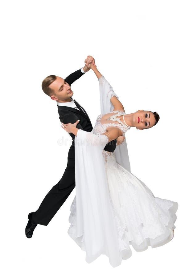 Το ζεύγος χορού Ballrom σε έναν χορό θέτει απομονωμένος στο άσπρο bachground στοκ εικόνες